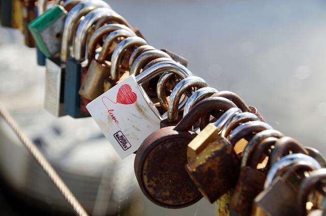 ハートのシールを貼っている南京錠