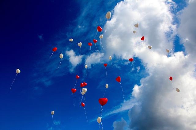 風船が空を飛んでいる