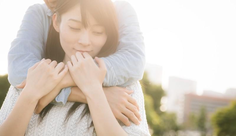 抱きしめ合う女性と男性