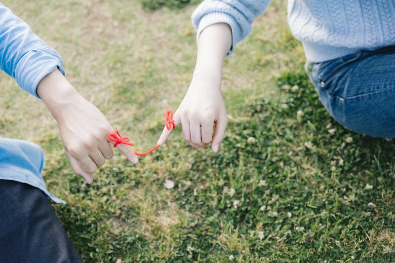 赤い糸で結ばれている男女